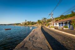 Viale pedonale nella città di Buzios dal tramonto Immagine Stock