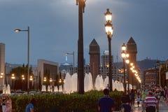 Viale Reina Maria Cristina a Barcellona nella sera Fotografie Stock