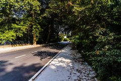 Viale - strada con la linea di alberi nella città di Yalova - la Turchia Fotografie Stock