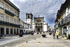 Viana κάνει Casterlo, Πορτογαλία 15 Αυγούστου 2017: Η οδός Santo Domingo, στο κέντρο της πόλης με την πρόσοψη της εκκλησίας Αγίου Στοκ εικόνες με δικαίωμα ελεύθερης χρήσης