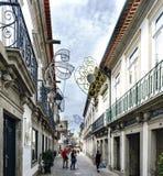 Viana faz Casterlo, Portugal 15 de agosto de 2017: Rua comercial central da cidade com luzes do ornamento para a festa do v Fotografia de Stock