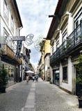 Viana hace Casterlo, Portugal 15 de agosto de 2017: Calle comercial en el centro de la ciudad con los guijarros y la gente que pa Foto de archivo