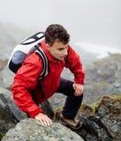 Viandante adolescente sulla montagna Immagini Stock