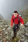 Viandante adolescente sulla montagna Immagine Stock