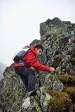 Viandante adolescente sulla montagna Fotografia Stock Libera da Diritti