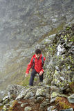 Viandante adolescente sulla montagna Immagini Stock Libere da Diritti