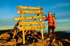 Viandante alla sommità di Kilimanjaro - Tanzania, Africa Fotografia Stock Libera da Diritti