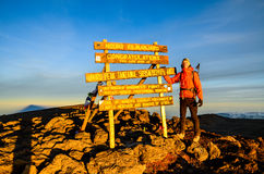 Viandante alla sommità di Kilimanjaro - Tanzania, Africa Fotografia Stock