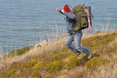 Viandante/alpinista su un salto Immagini Stock