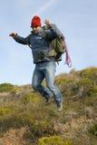 Viandante/alpinista su un salto Fotografie Stock Libere da Diritti