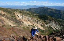 Viandante alta sulla cresta della montagna Immagini Stock