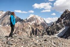 Viandante in alte montagne Fotografia Stock