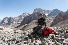 Viandante in alte montagne Fotografia Stock Libera da Diritti