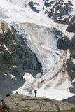 Viandante in altopiani delle montagne di Altai, Russia Fotografia Stock Libera da Diritti