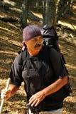 Viandante anziana in foresta Fotografia Stock Libera da Diritti