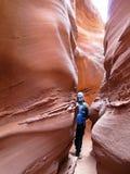 Viandante in canyon spettrale della scanalatura di Gulch, alla forcella asciutta, un ramo del coyote Gulch, monumento nazionale d immagini stock libere da diritti