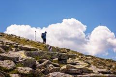 Viandante che discende da un'alta montagna Fotografia Stock