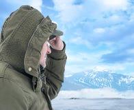 Viandante che esamina il paesaggio della montagna immagine stock libera da diritti