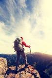 Viandante che fa un'escursione al bello picco di montagna Immagine Stock