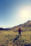 Viandante che fa un'escursione sulla foresta della montagna Fotografie Stock Libere da Diritti
