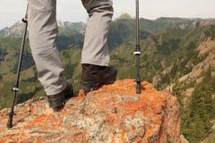 viandante che fa un'escursione sulla scogliera del picco di montagna Fotografie Stock Libere da Diritti