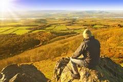 Viandante che gode del resto e del paesaggio Fotografia Stock Libera da Diritti