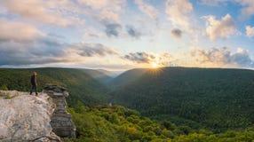 Viandante che gode del tramonto a Lindy Point in Virginia Occidentale fotografie stock libere da diritti