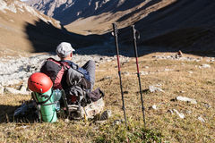 Viandante che gode della vista alle montagne di Tien Shan Immagini Stock Libere da Diritti