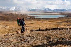 Viandante che gode della vista alle montagne di Tien Shan Fotografia Stock Libera da Diritti
