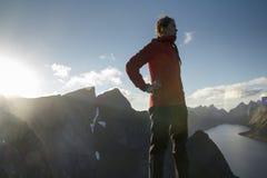 Viandante che gode delle isole di Lofoten di vista, Norvegia II Immagini Stock Libere da Diritti