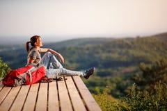 Viandante che gode sul sole sulla rottura dall'escursione immagini stock