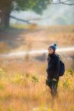 Viandante che guarda attraverso gli uccelli selvaggi del binocolo Fotografia Stock Libera da Diritti