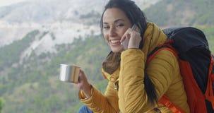 Viandante che parla sul telefono durante una pausa archivi video