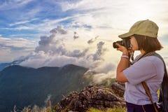 Viandante che prende foto al tramonto Fotografia Stock Libera da Diritti