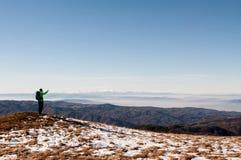 Viandante che prende foto con la macchina fotografica digitale sulla montagna Fotografie Stock
