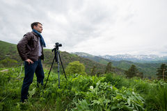 Viandante che prende foto di bello paesaggio della montagna con la macchina fotografica Fotografie Stock Libere da Diritti