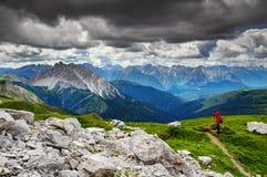 Viandante che prende le foto delle creste dentellate Belluno Italia delle alpi di Carnic fotografia stock