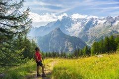 Viandante che riposa davanti a Monte Bianco maestoso (Mont Blanc) Immagine Stock