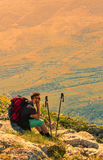 Viandante che riposa sulle rocce in montagne Immagini Stock Libere da Diritti
