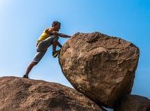 Viandante che scala su una roccia Fotografia Stock