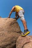 Viandante che scala su una roccia Fotografie Stock