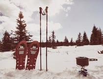 Viandante che si accampa in montagne di inverno Uomo che cucina alimento con il fornello di gas portatile immagini stock