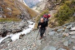 Viandante che si rilassa alle montagne Fotografie Stock Libere da Diritti