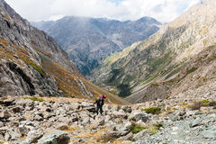 Viandante che si rilassa alle montagne Fotografie Stock