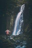 Viandante che sta davanti alla cascata Stylization di Instagram Fotografie Stock Libere da Diritti