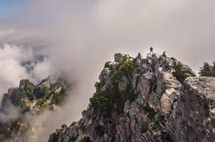 Viandante compiuta sopra la montagna Fotografia Stock Libera da Diritti
