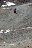 Viandante con i pali che cammina la traccia pietrosa Immagini Stock Libere da Diritti