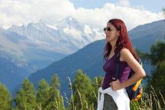 Viandante della donna in alpi. Fotografia Stock