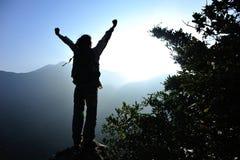 Viandante della donna a braccia aperte Immagine Stock Libera da Diritti