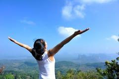 Viandante della donna a braccia aperte Fotografia Stock Libera da Diritti